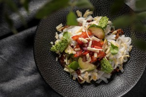 36 VEGE Makaron ryzowy z domowym pesto i serem wloskim, warzywa grillowane 2